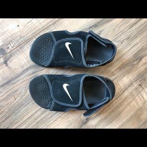 Nike boys black sz 1 sandals